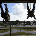 soldiers-rapelling
